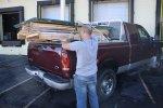 Mężczyzna przy samochodzie dostawczym